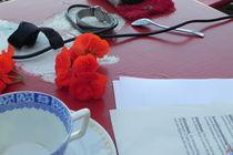 Papiere auf rotem Tisch von Kathrin Kiss-Elder