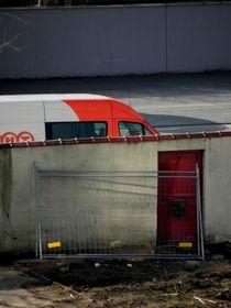 Transporter hinter Mauer by Kathrin Kiss-Elder