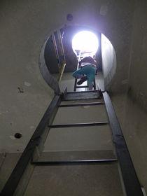 Treppenaufgang im Turm mit Mensch von Kathrin Kiss-Elder