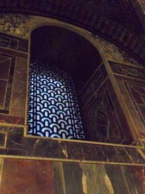 Kirchenfenster im Aachener Dom, Innenaufnahme von Kathrin Kiss-Elder