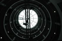 Traversen in rundem Treppenhaus vor Glaskuppel, Bezirksrathaus Köln-Nippes von Kathrin Kiss-Elder
