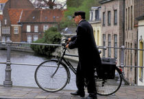 Bruges man with bicycle von Ed Rooney