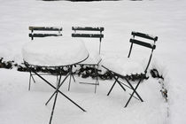 Garden chairs and table in the snow von Ed Rooney
