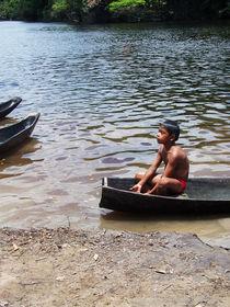 Niño indígena en canoa von Eliana Urdaneta Rodriguez