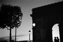 PARIS TRIUMPH ARCH CHAMPS ELYSEES AT TWILIGHT von Paul Bellevie