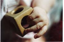 Babyhand mit Spielzeug von Kathrin Kiss-Elder