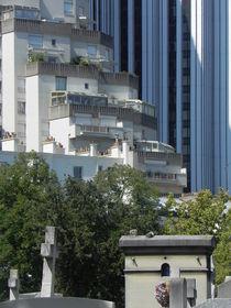 Moderne und historische Häuserfassaden über Kreuzen vom Cimetiere Montparnasse, Paris von Kathrin Kiss-Elder