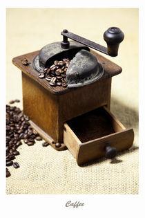 Kaffeemühle mit Kaffeebohnen Bild - Caffee von Falko Follert