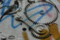 Uhrenmechanik mit Grafittipfeil von Kathrin Kiss-Elder