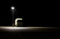 Nachts auf dem Parkplatz von Eduard Warkentin