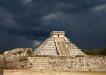 Pyramid at Chichen Itza, Mexico, as storm approaches von Graham Prentice