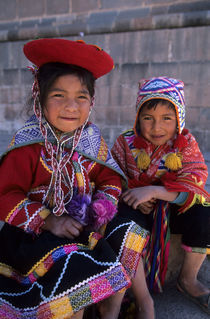 Local Children In Traditional Clothing (Quechua) von Wolfgang Kaehler