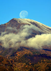 The neck of the moon. by turi-caggegi