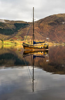 Boat Reflections in Loch Leven von Jacqi Elmslie