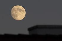 Mond über dem Schornstein von Günther Lippl