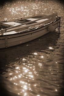 A fishing boat anchored.  von Gordan Bakovic