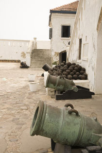 Canons gaurd seaside entrance to Cape Coast Castle von Danita Delimont