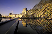 Le Louvre and glass pyramid with reflections in water von Danita Delimont