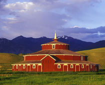 Historic Round Barn at Twin Bridges Montana von Danita Delimont