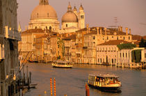 Sunset view of canal Grande towards Santa Maria della Salute Church von Danita Delimont