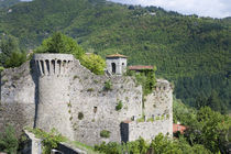 Italy - A rundown stone castle set in a valley von Danita Delimont