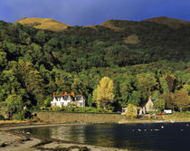 Afternoon sun highlights the buildings at Onich harbor on Loch Linnhe in theHighland of Scotland von Danita Delimont