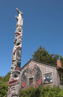 Haida totem pole and tourist shop von Danita Delimont