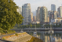 Cyclist along the Seawall Trail in downtown Vancouver British Columbia von Danita Delimont