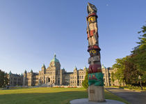 Totem pole at the Parliament building in Victoria British Columbia Canada von Danita Delimont