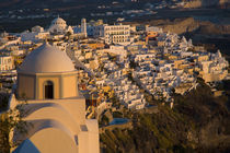 Greece and Greek Island of Santorini town of Fira viewed from the caldera above the town von Danita Delimont