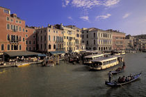Boat traffic by Rialto Bridge von Danita Delimont