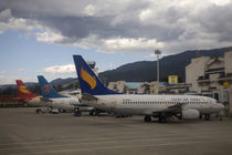 Domestic Chinese jet airliners lined up at departure gates at Lijiang Airport von Danita Delimont