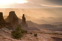 View of Washer Woman and Mesa Arch at sunrise von Danita Delimont