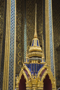 Details of ornately decorated temple of Wat Phra Kaeo von Danita Delimont