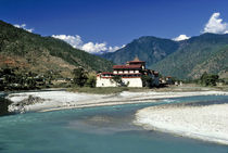The Mo Chhu River flows past Punaka Dzong in Bhutan von Danita Delimont