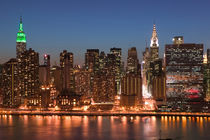 Manhattan: Aerial Evening View of Midtown Manhattan from Long Island City / Queens von Danita Delimont