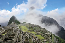 The ancient lost city of the Inca shrouded in mist and clouds von Danita Delimont
