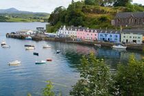 Beautiful port and sailboats with reflections in small tourist village of Portree in Isle of Skye Western Highlands Scotland von Danita Delimont