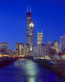Skyline at night with Chicago River and Sears Tower von Danita Delimont