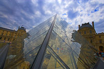 Clouds reflect off the Louvre Museum von Danita Delimont