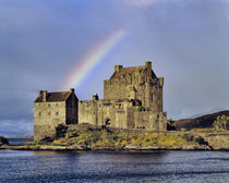 A rainbow greets visitors at Eilean Donan Castle on Loch Doich in the Highland of Scotland von Danita Delimont