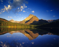 Mount Wilbur reflects into calm Fishercap Lake in Glacier National Park in Montana von Danita Delimont