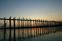 Burma (Myanmar) Silhouette of U Bien's Bridge on Lake Taungthaman at sunset von Danita Delimont