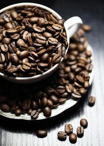 Die Kaffeetasse mit Kaffeebohnen by Falko Follert