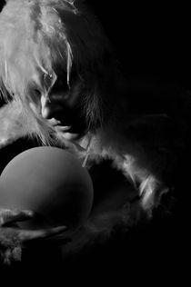 vogelmensch mit ei in schwarz-weiß von Barbara Karav