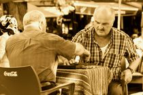 Männer beim Backgammon von Julia  Berger