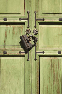 Green locked door. by Tom Hanslien