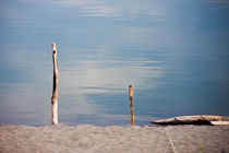 Two sticks on a beach von Michael Kloth