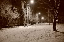 Snowy Street at night b&w. von Alexandr Verba