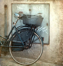 Bicycle waiting in Florence by artskratches